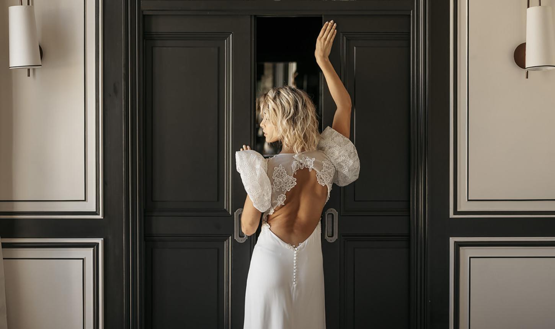 Femme de dos portant la robe de mariée Evy collection 2022